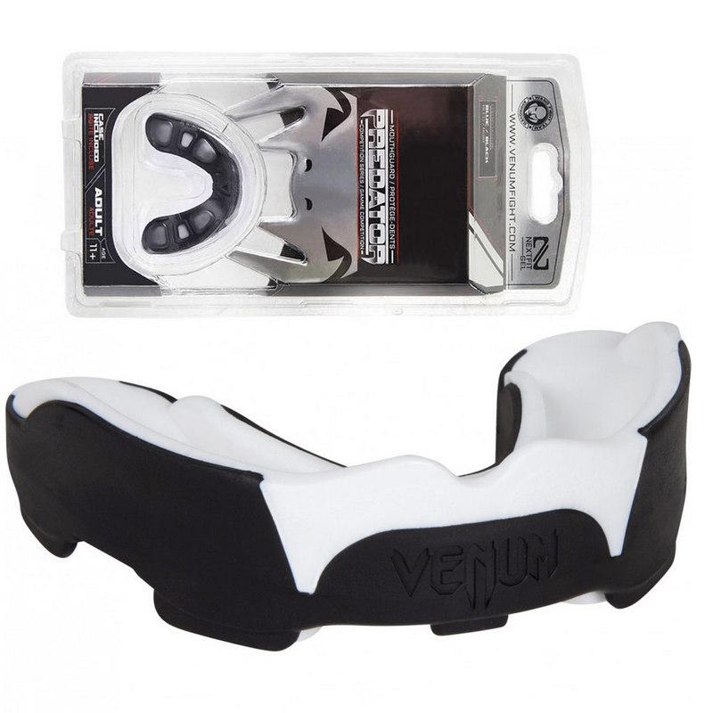 Купить Капа боксерская одночелюстная Venum C28977, (черно-белая) в боксе на блистере,